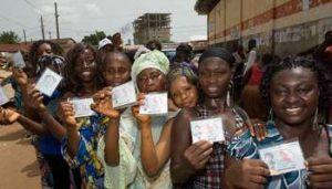 File d'attente devant un bureau de vote à Conakry lors du premier tour en 2010. © Youri Lenquette.