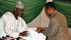 Le président de la Commission électorale nationale indépendante Attahiru Jega (G) lors de la collecte des résultats, le 30 mars à Abuja (source: RFI)