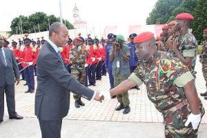 Le Président de la République, le professeur Alpha Condé saluant un officier de l'armée. Crédits photos; gn.undp.org