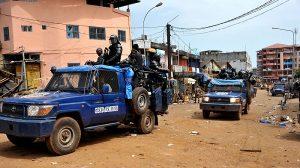 Des forces de police patrouillent près du marché de Conakry le 9 octobre 2015 afp.com/CELLOU BINANI